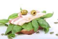 三明治用火腿和蓬蒿, bruschetta,开胃菜 库存图片