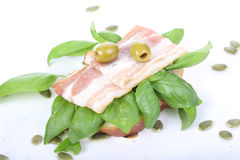 三明治用火腿和蓬蒿, bruschetta,开胃菜 免版税库存图片