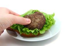 三明治用炸肉排在手中 免版税库存照片
