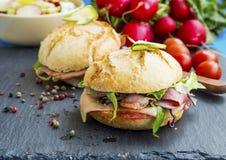 三明治用烟肉、乳酪、沙拉和土气面包 库存图片