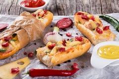 三明治用熏制的香肠、玉米和乳酪 图库摄影