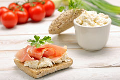 三明治用白色酸奶干酪和火腿 免版税库存图片