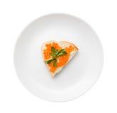 三明治用红色鱼子酱和黄油在白色隔绝的板材 库存图片