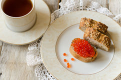 三明治用红色鱼子酱 免版税库存照片