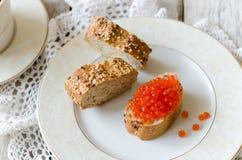 三明治用红色鱼子酱 图库摄影