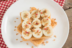 三明治用花生酱和香蕉和muesli油炸马铃薯片与误码率 免版税图库摄影