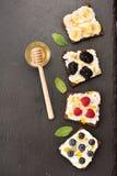 三明治用莓果和果子、乳酪和蜂蜜 bruschetta 库存照片