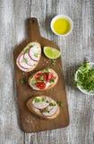 三明治用萝卜和西红柿 免版税库存图片