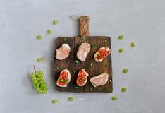 三明治用蕃茄、山羊乳干酪和火腿 免版税图库摄影