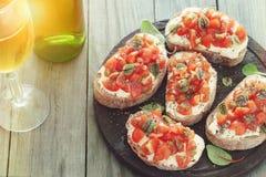 三明治用蕃茄、山羊乳干酪和蓬蒿 库存图片