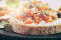 三明治用蕃茄、山羊乳干酪和蓬蒿 免版税图库摄影