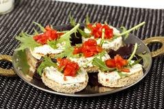 三明治用蕃茄、芝麻菜和奶油 免版税库存照片