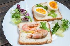 三明治用虾,鸡蛋,蓬蒿,沙拉,在木背景的面包 可口冷的快餐 素食的饭食 吃健康 免版税库存图片