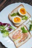 三明治用虾,鸡蛋,蓬蒿,沙拉,在木背景的面包 免版税库存图片