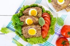三明治用被偷猎的鸡蛋,莴苣,与种子,蕃茄,甜椒的黑面包 免版税图库摄影
