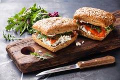 三明治用谷物面包和三文鱼 图库摄影