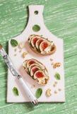三明治用软干酪、无花果和蜂蜜-可口开胃菜用酒,健康早餐或者快餐 免版税图库摄影