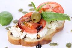 三明治用酸奶干酪和蕃茄, bruschetta,开胃菜 图库摄影