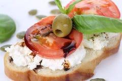 三明治用酸奶干酪和蕃茄, bruschetta,开胃菜 免版税库存照片