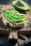 三明治用鲕梨、草本和种子 免版税库存照片