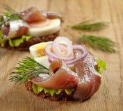 三明治用鲥鱼和鸡蛋 免版税库存照片