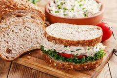 三明治用鸡丁沙拉蕃茄 库存照片