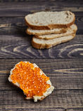 三明治用黄油和红鲑鱼鱼子酱 免版税库存图片