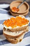三明治用黄油和红鲑鱼鱼子酱 库存照片