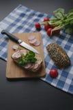 三明治用mozarella乳酪和切片萝卜在木棕色切板 图库摄影
