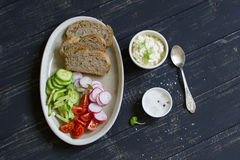 三明治的成份用酸奶干酪、萝卜、黄瓜和西红柿 免版税库存照片