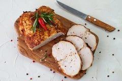 三明治的烤鸡乳房在白色抽象背景的一个木切板 容易的食物 健康 图库摄影