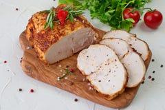 三明治的烤鸡乳房在白色抽象背景的一个木切板 容易的食物 健康 库存照片