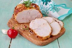 三明治的烤鸡乳房在蓝色木背景的一个木切板 容易的食物 吃健康 库存图片