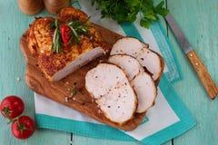 三明治的烤鸡乳房在蓝色木背景的一个木切板 容易的食物 吃健康 免版税库存图片