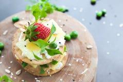 三明治酸奶干酪草莓绿色 免版税库存图片