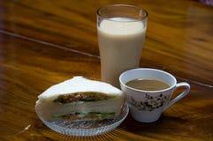三明治面包用牛奶,咖啡 免版税库存图片