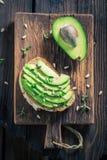 三明治顶视图用鲕梨、草本和种子 免版税库存照片