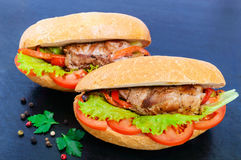 三明治:与菜的肉卷在一个小圆面包用蕃茄 免版税库存图片
