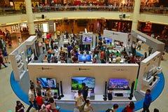 三星公平在促进他们的最新的弯曲的屏幕电视的亚洲排行 免版税库存图片