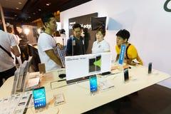 三星星系S6 S6边缘在泰国流动商展2015陈列室的笔记5 A8 J7和齿轮产品  免版税图库摄影