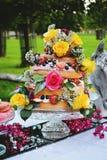 三有排列的蛋糕 免版税图库摄影