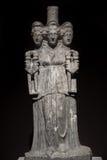 三朝向美丽的妇女罗马亚洲古老雕象在bl 免版税库存照片