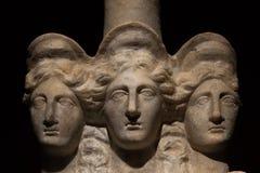 三朝向美丽的妇女罗马亚洲古老雕象  免版税库存图片