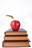 三本书和红色苹果 库存图片