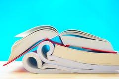 三本被打开的书在蓝色背景中 免版税库存图片