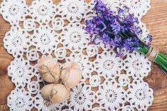 三朵木复活节彩蛋和春天花 免版税库存图片