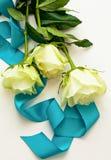 三朵空白玫瑰作为礼品 库存图片