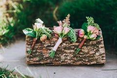 三朵美丽的手工制造钮扣眼上插的花 免版税库存图片
