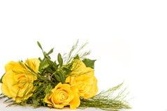 三朵黄色玫瑰小诗句与绿色叶子的 免版税库存图片