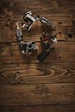 三杆纹身花刺枪在一张棕色木桌上安排了 免版税库存图片